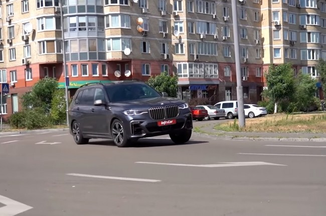 BMW Х7 в повороте
