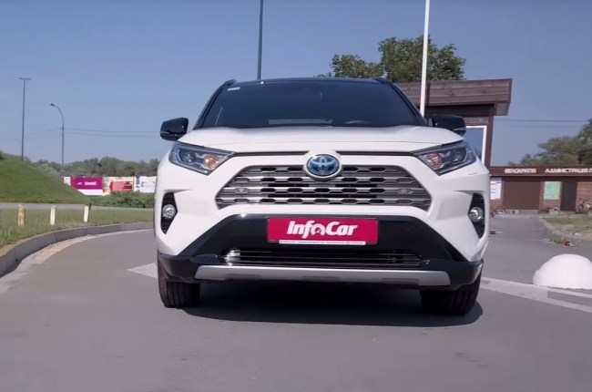 Toyota RAV4 Hybrid вид спереди