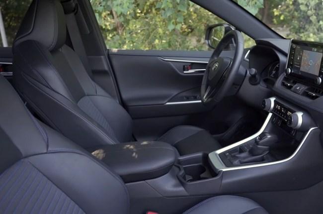 Toyota RAV4 Hybrid передний ряд сидений