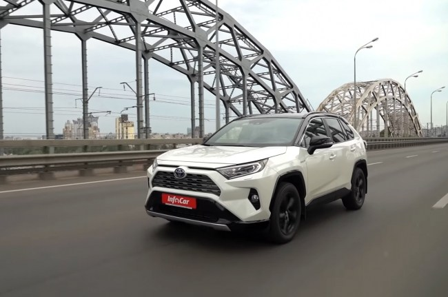 Toyota RAV4 Hybrid на дороге