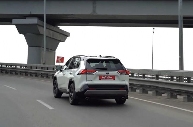 Toyota RAV4 Hybrid поведение в городе