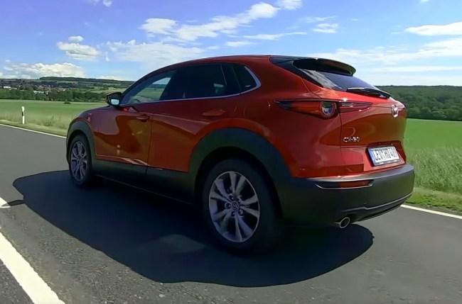 Mazda CX-30 вид сзади