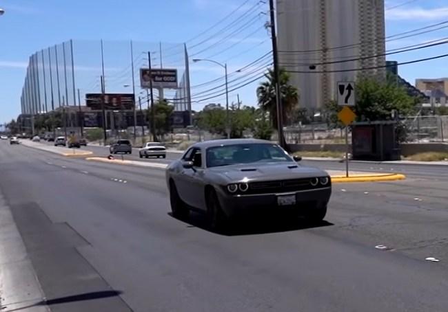 Dodge Challenger на дороге