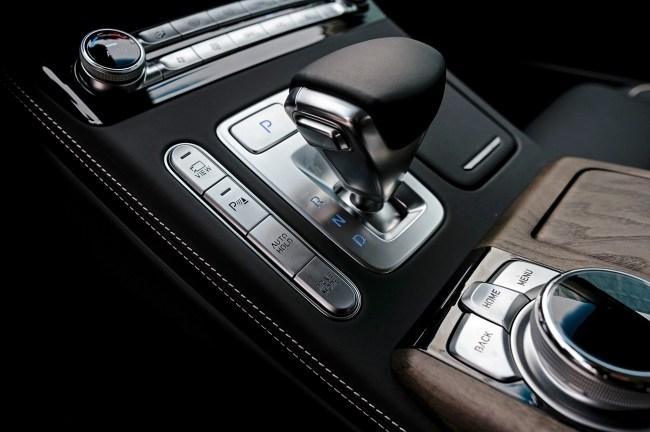 Фиксируем сугубо внешнюю смену имиджа седаном. Hyundai Genesis G90