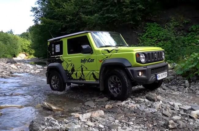 Suzuki Jimny на каменистой дороге