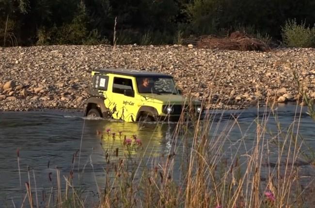 Suzuki Jimny в брод через горную реку