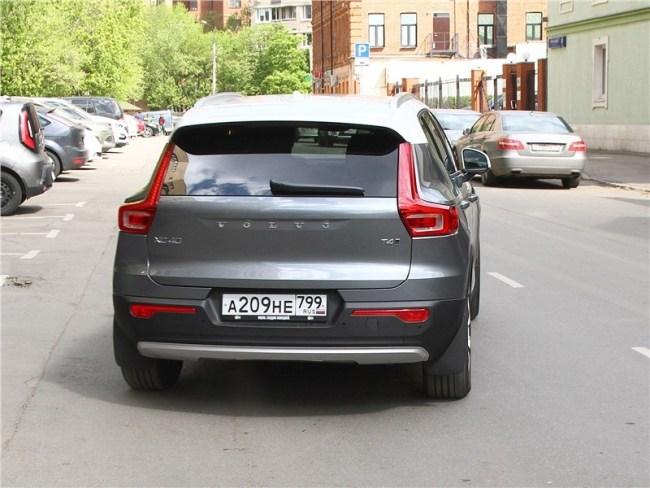Хипстер с айпадом. Volvo XC40
