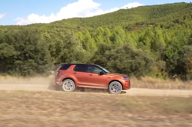 Land Rover Discovery Sport на грунтовке