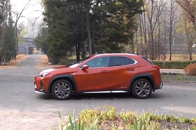 Lexus UX вид сбоку
