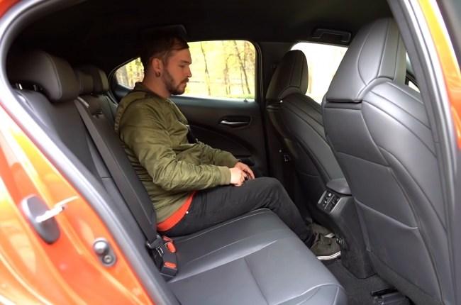 Lexus UX задний ряд сидений