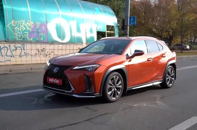 Lexus UX поведение на дороге