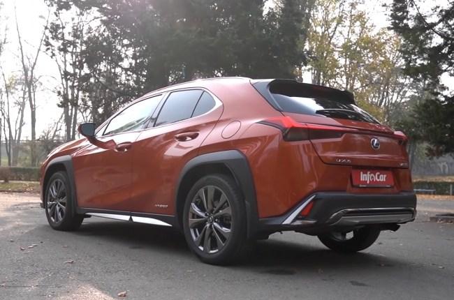 Lexus UX вид сзади