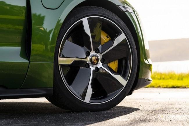 Быстрый, злой, зеленый. Porsche Taycan