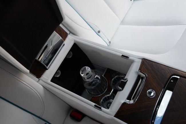 Рыбачим из кресла в приподнятом настроении. Rolls-Royce Cullinan