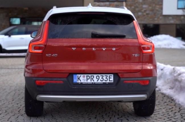 Volvo XC40 Plug-in Hybrid вид сзади
