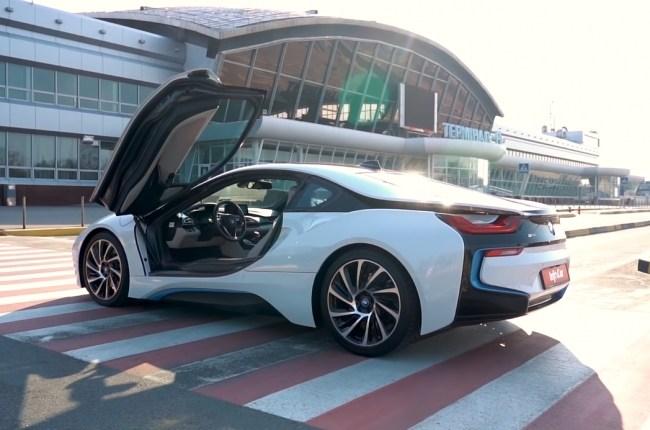 BMW i8 вид сбоку