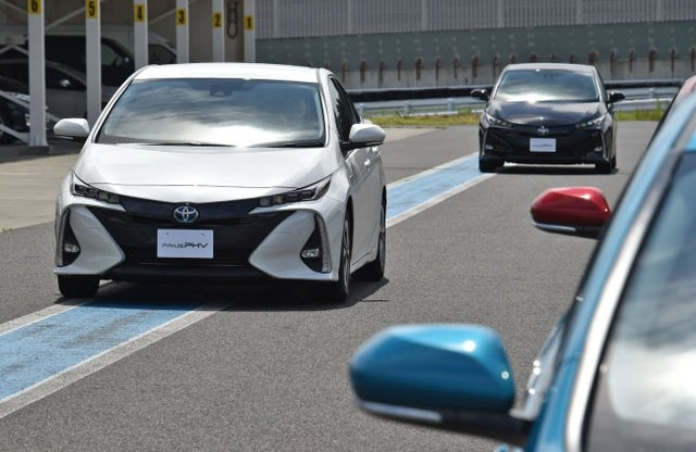 Приуса PHV – наш соперник Приус HV. Toyota Prius Plug-in Hybrid