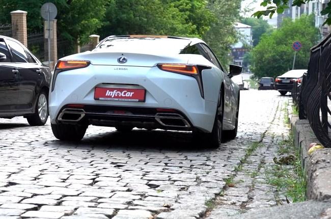 Lexus LC 500h езда в городе по брусчатке