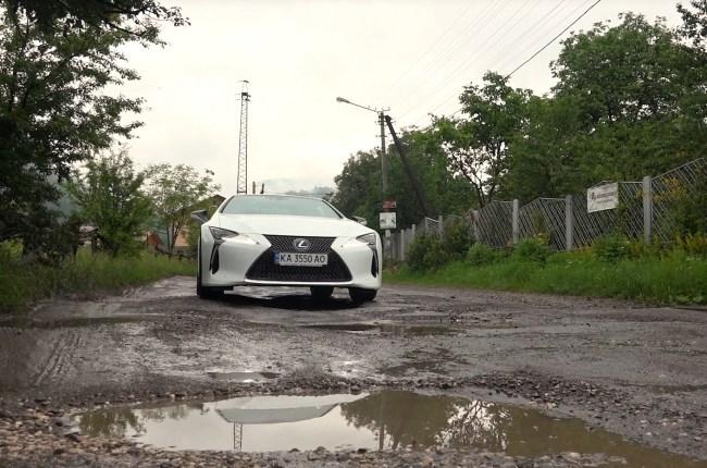 Lexus LC 500h езда по грунтовой дороге