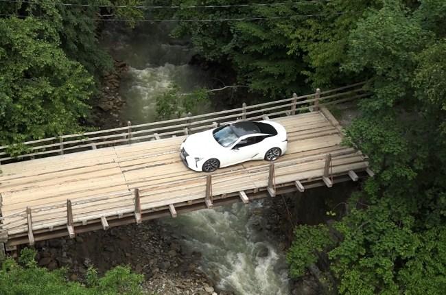 Lexus LC 500h переезд через реку в Карпатах