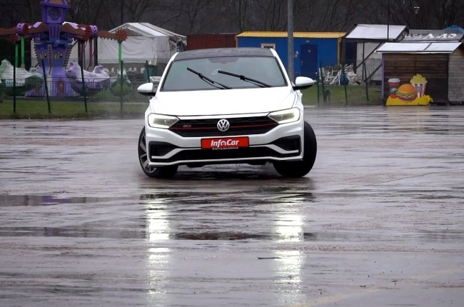 Volkswagen Jetta GLI в поворотах