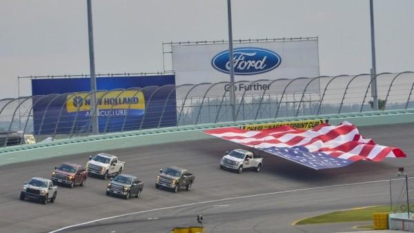 Ford установил мировой рекорд по перевозке флага