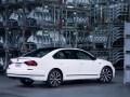 Спортивный седан: VW представил серийный Passat GT - фото 3