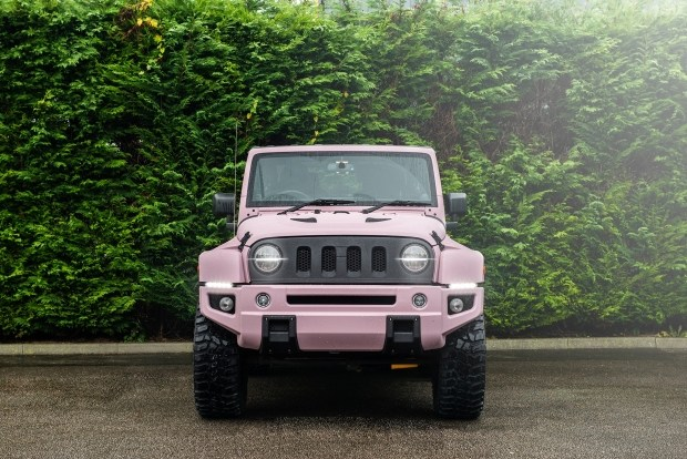 Брутальный Jeep Wrangler превратили в авто для романтиков