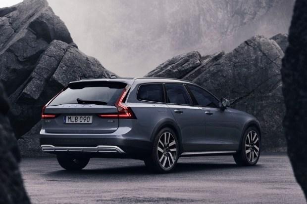 Обновления Volvo 2021 года: седан бизнес-класса S90 и универсал V90 Cross Country в Украине