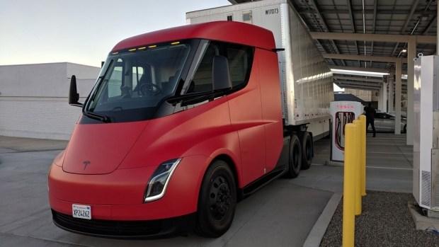 Tesla впервые продемонстрировала в движении электрический грузовик Semi