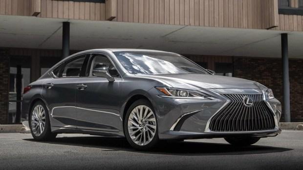 Lexus готовит сразу две новинки