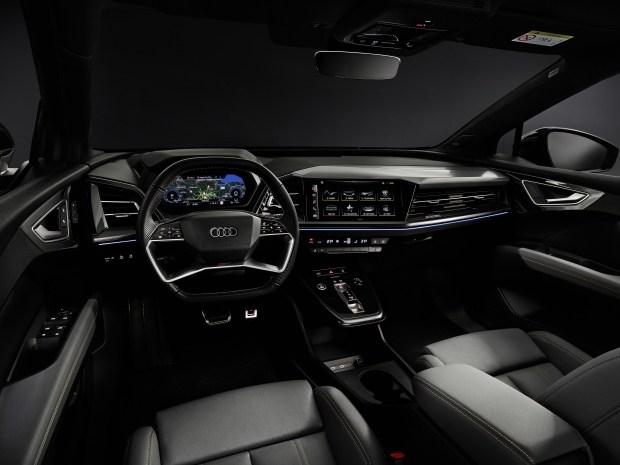 Младшие электрические: представлены кроссоверы Audi Q4 e-tron