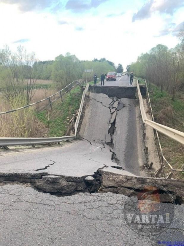 На месте обрушившегося моста во Львовской области начали убирать завалы (фото)