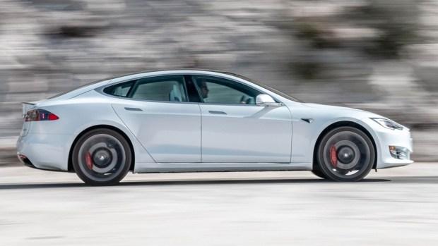 Tesla хитрит с динамическими показателями?
